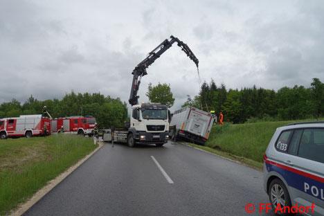 Feuerwehr, Blaulicht, FF Andorf, Verkehrsunfall, LKW, Viehtransport, Kran