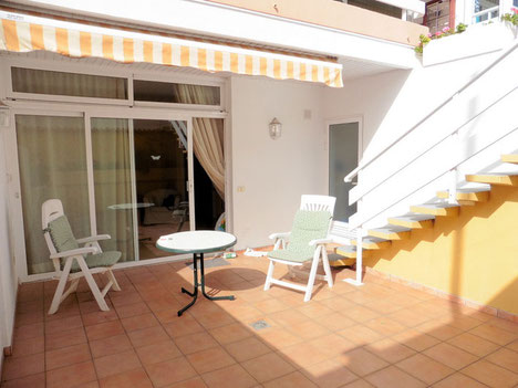 Sonnenterrasse vpr dem Apartment mit seitlicher Treppe
