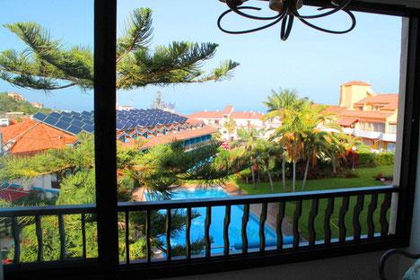 Blick vom Balkon auf den Garten und die Gemeinschaftspoolanlage vom apartment das in Puerto de la Cruz zur Langzeitmiete ist.