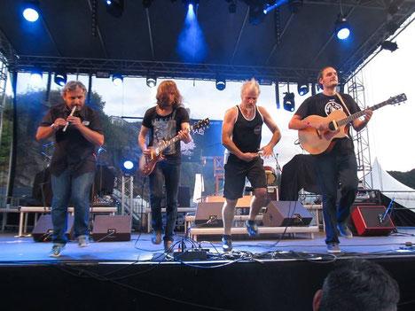 Tête d'affiche du concert : le groupe festif breton MASK HA GAZH.