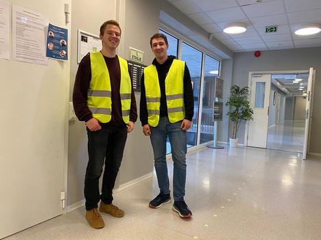 Lasse und Philipp mit der Warnweste auf Patrouille im Gymnasium