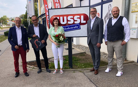 Alles Gute zur Eröffnung überbrachten Dr. Karl-Friedrich Ossberger (li.), Oberbürgermeister Jürgen Schröppel (2. v. re) und Simon Sulk (re.) Ernst Mayr, dem Geschäftsführer von Fussl Modestraße und der Filialleiterin Christine Mirny