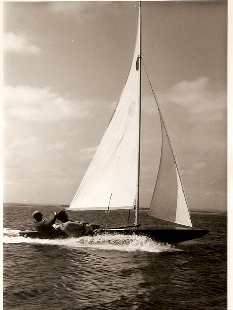 Peter Milne al timone del Fireball n°0 nelle acque di Hayling Island 1963 - Foto di Tom Gruitt