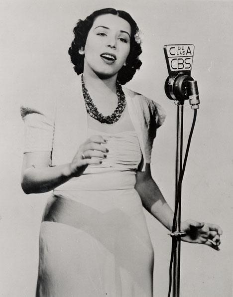 """Eva Garza en """"La Cadena de las Américas"""" de la CBS, década de los 40`s."""
