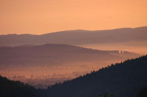 Sonnenaufgang in Jagniatkow inmitten des Riesengebirges