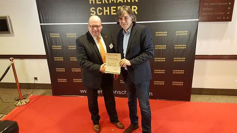 Kai Schimmelfeder (links im Bild) und der Speakerslam-Initiator Hermann Scherer (rechts im Bild), Übergabe Weltrekord-Zertifikat