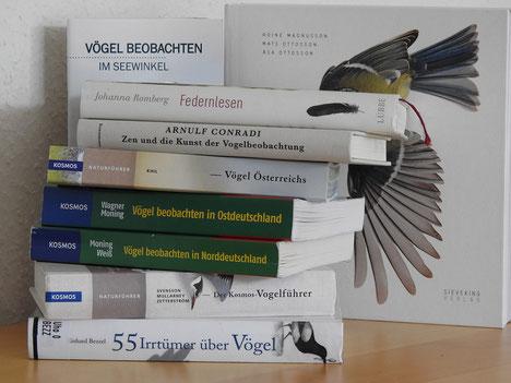 Books on Birds; Links hinten (teilweise verdeckt): Leander Khil, Vögel beobachten im Seewinkel (2016, Nachdruck 2018). Rechts hinten (teilweise verdeckt): Roine Magnusson/Mats Ottoson/Asa Ottoson, Vögel ganz nah (2017). Foto: OK