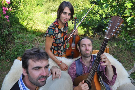 Meskach trio (Stella Rodrigues, Joachim Mouflin, Yves-Marie Berthou) est un voyage au-delà des frontières, une découverte des traditions musicales européennes, entre l'Irlande, la Bulgarie, les Asturies, la Hollande et la Turquie.