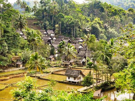 Prachtig uitzicht over de groene vallei waarin het dorpje Kampung Naga is gelegen op Java