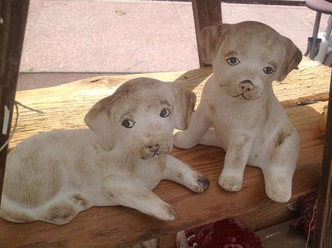 Treuherzige, niedliche Hunde aus Keramik, sitzend oder liegend, 27,-