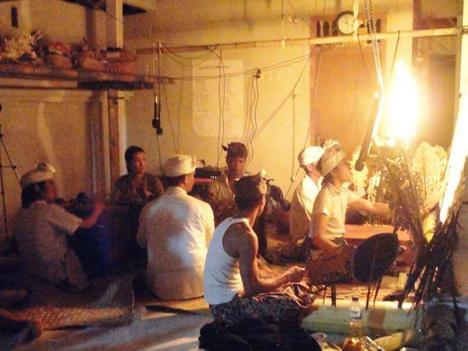 ワヤン公演中のスクリーン裏側の様子(dalang:Miya, penabuh:Juanda, Buda, Sukayana, Aiko)