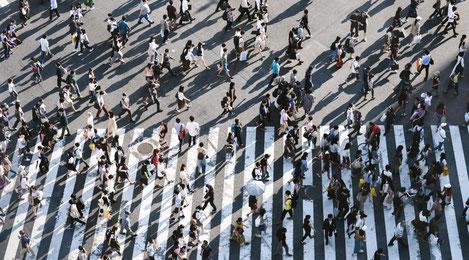 Nombreux passants traversant un passage piétons