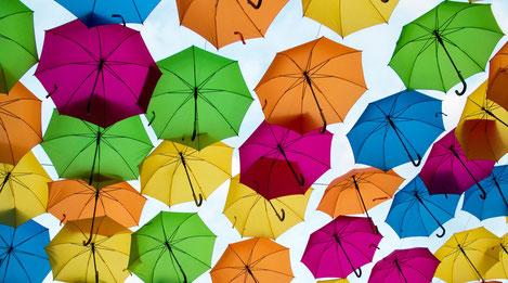 Diversité de couleurs pour des parapluies qui flottent en l'air