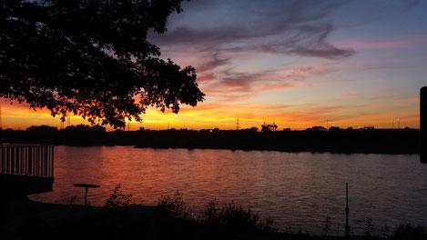 Oktober 2018, herbstliche Abendstimmung unterhalb des Bootshauses am Rhein