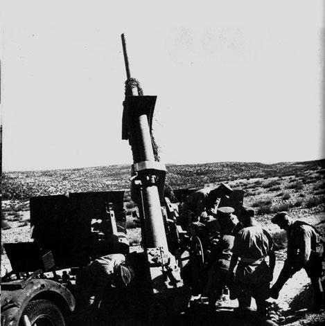 Britische Soldaten untersuchen das verlassene Geschütz.