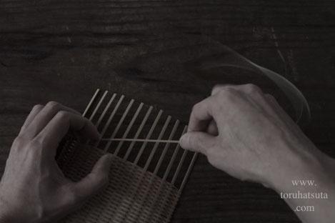 竹の盛り籠を編んでいます