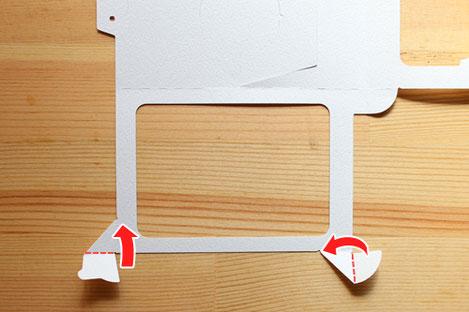 席札本体のタブを2ヵ所折り曲げる