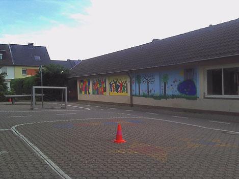 Wo sich jetzt noch das Gebäude der alten Pausenhalle, Fußballtor und Tischtennisplatte befinden, soll künftig der Soccer-Court seinen Platz finden. (Foto: Uwe Bodenheim)