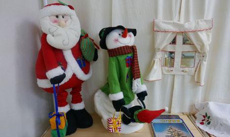 クリスマス気分をもっと盛り上げようとサンタクロースの人形を教室に飾りました。