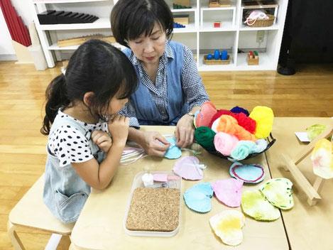 モンテッソーリの個別活動で、幼稚園児がポプリの制作活動を選んで、活動しています。