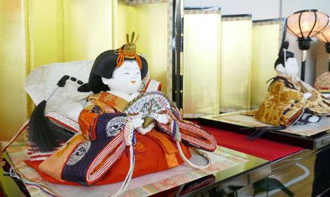 ひな祭りにちなんで、教室におぼこびなという京のひな人形を飾りました。