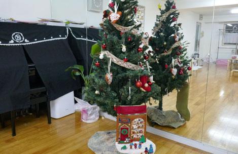 教室で毎年飾っているクリスマスツリーも登場。新しい飾りを加えて、いっそう賑やかになりました。