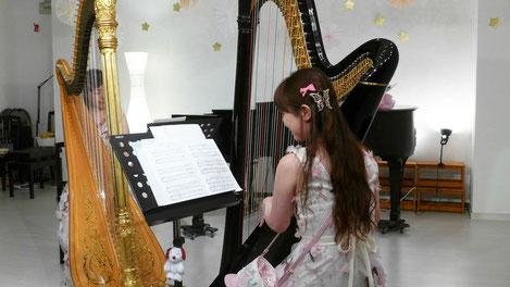 2台のハープによりクラシックの本格的演奏。 ラベルや現代音楽が演奏されました。