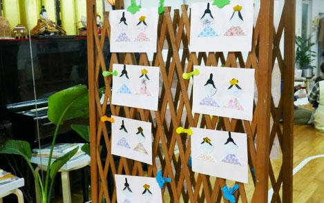 モンテッソーリ活動で、和紙と色紙を使ったおぼこびなをお母様といっしょに製作。みんな上手にできました。