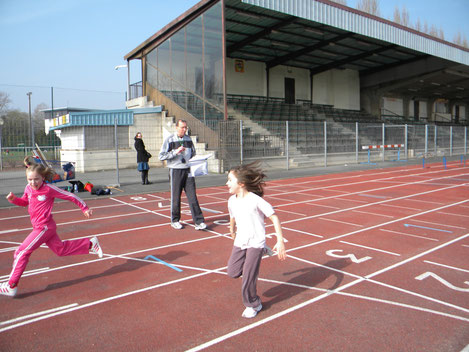 Michel Bethune ( entraineur ) avec les jeunes de l'ecole d'athletisme de Cambrai ( tests de vitesse)