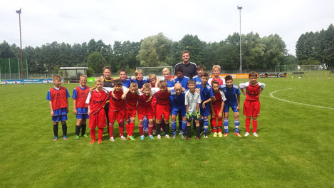 Die U-13 der JFG mit ihrem Trainer Christian Spörl und unsere E-Jugend