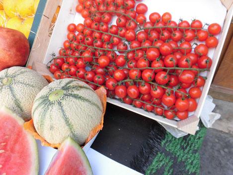 初めて見た、茎がついたままのトマト