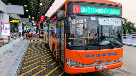 bus_am flughafen_hanoi_linie86_kostengünstig_ alternative_taxi_grab_organge_urlaub_reise_flughafentransfer_ly_heiko_urlaub_vietnam