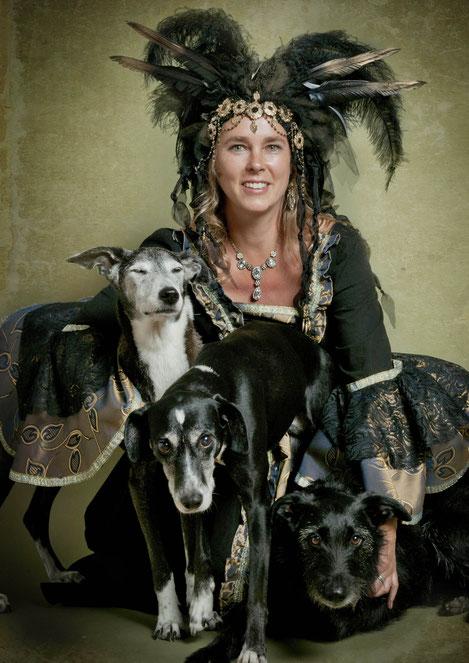 Damenportrait mit drei Hunden