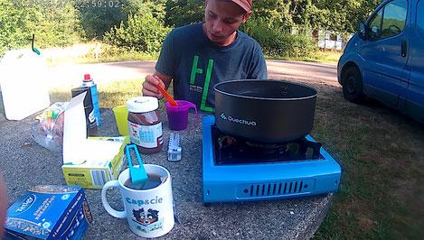 camping, van, vanlife, quechua, decathlon, petit déjeuner,