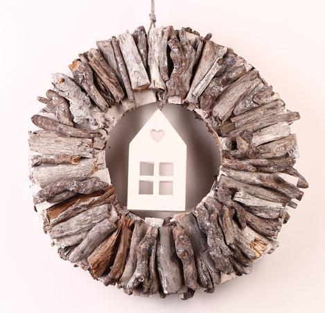 Treibholz Kranz beidseitig gefertigt in weiß-grau mit Holzhäuschen