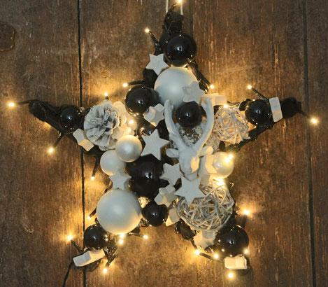 Schwarz-weißer Stern mit Hirschkopf und Beleuchtung