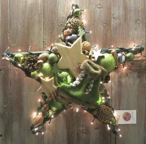 Beleuchtete Winterdekoration mit 120 kleinen Lämpchen grünen Schlittschuhen.