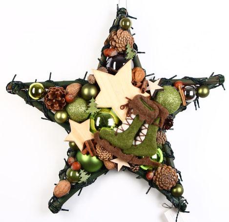 Handgefertigter Stern in grün-braun mit Schlittschuhen aus Filz und Holzsternen.