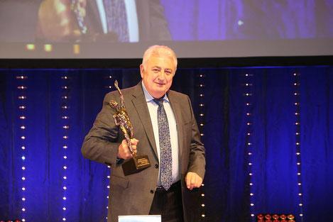 Günter Wohlgemuth, ehrenamtliches Vorstandsmitglied der Fürsorgekasse, nimmt den Preis des Mittelstandes entgegen.