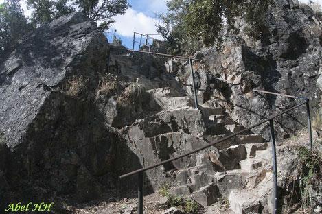 Escalera labrada en la roca para ganar altura sobre la garganta fluvial