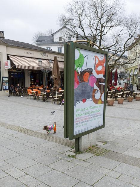 Baden-Baden, kleiner Hund, small dog with clothes, Hund mit Kleidung, Eiscafe Capri, Plakat, Welttag des Theaters