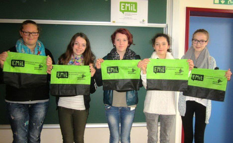 Fünf Schülerinnen der 8. Klasse engagieren sich im EMiL-Projekt