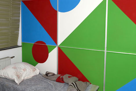 Bunt statt Braun hat durch eine Maleraktion den Raum wohnlicher gestaltet