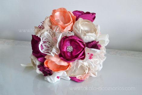 Ramo artesanal de flores de tela con puntillas, estilo vintage con centro de piedras. Villa Urquiza.