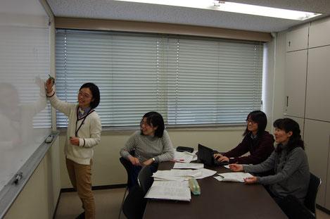 研究室の学生さんたちと(一番右が鈴木先生)