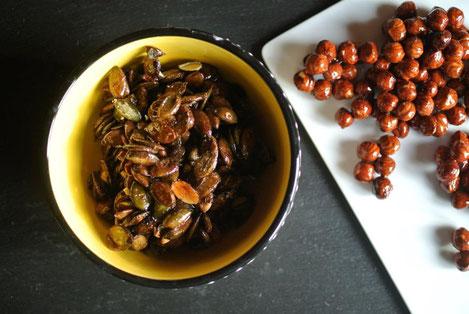 Gebrannte Kürbiskerne und Haselnüsse mit Honig