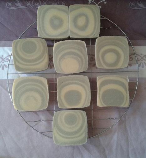Savon de Castille (100% huile d'olive bio), coloré à l'argile verte, marbré à l'entonnoir, coulé dans une brique de jus de fruit.