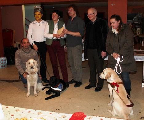 La remise d'un chèque de 1800 euros à Danielle Griffanti, la directrice de l'Ecole Alsacienne de Chiens-Guides d'Aveugles