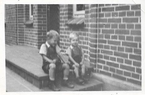 Die Girtler- Buben vor dem Haus des Sattlermeisters Lange, in dem wir wohnten.