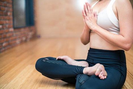 瞑想の座り方として代表的な結跏趺坐